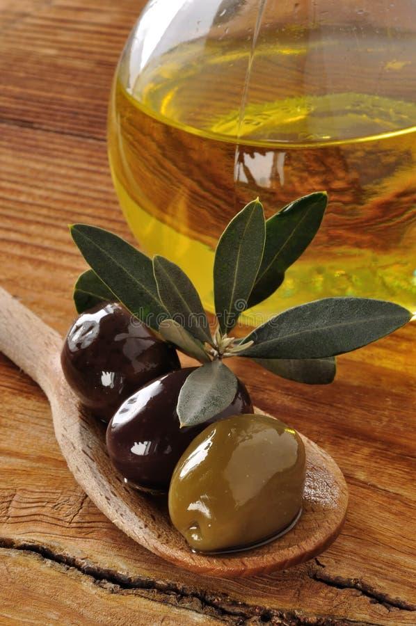 橄榄和额外处女橄榄油 库存照片