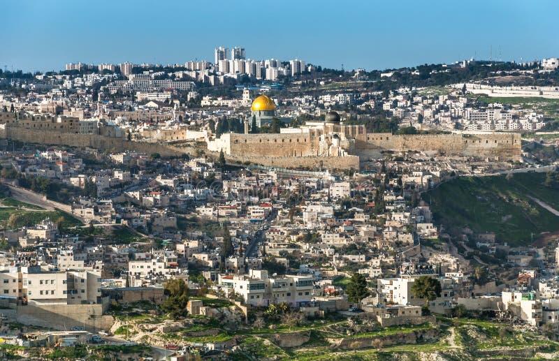从橄榄山有岩石的圆顶的和老城市墙壁的全景在耶路撒冷 库存图片