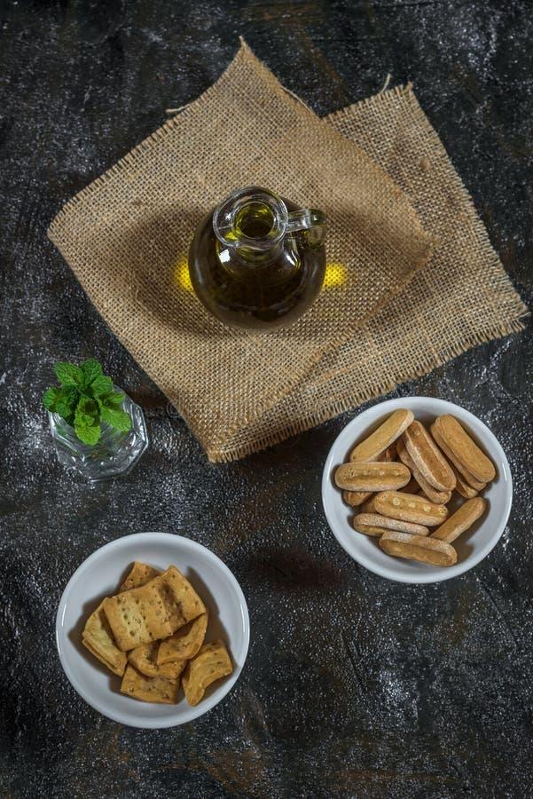 橄榄油、油煎方型小面包片和薄荷 免版税库存照片