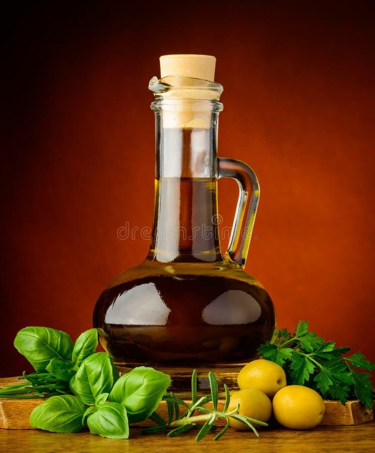 橄榄油和新鲜的草本 免版税图库摄影