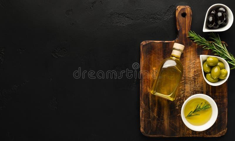 橄榄油和橄榄在碗在船上 库存图片