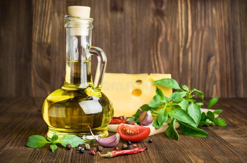 橄榄油用乳酪、蓬蒿和香料在木 图库摄影