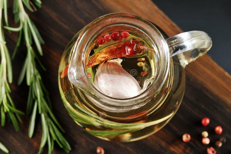 橄榄油用在瓶子的香料 图库摄影