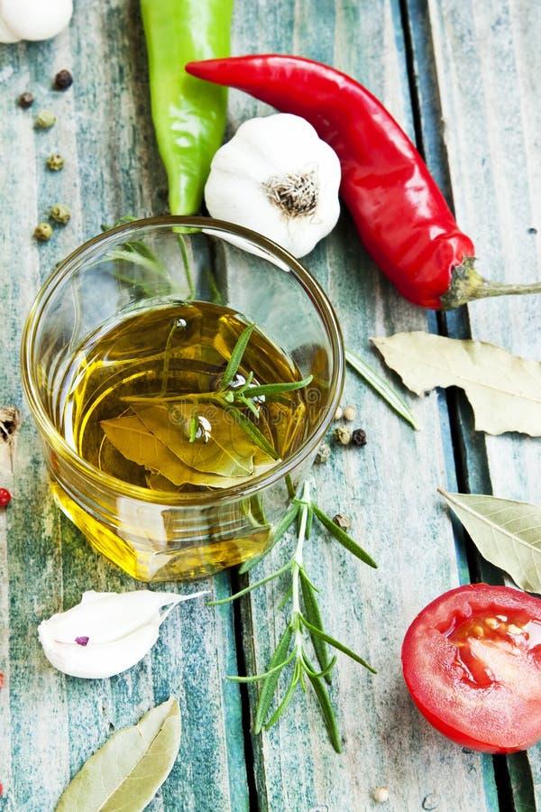 橄榄油用草本 免版税图库摄影