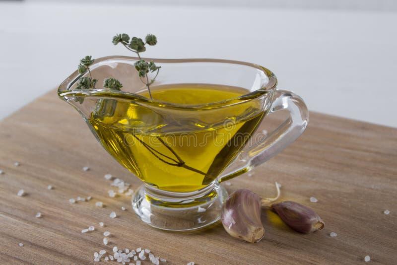 橄榄油用辣的草本,大蒜和海盐 库存照片