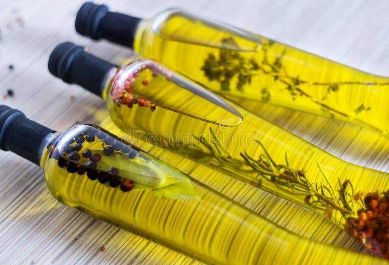 橄榄油,迷迭香,胡椒, orega三bottes与spieces的 库存图片