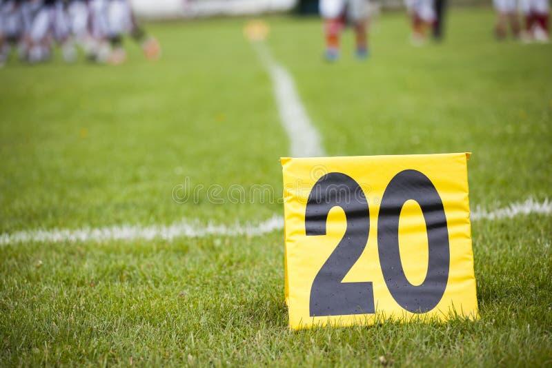 Download 橄榄球与一个标志的调车场界线在前景 库存照片. 图片 包括有 竞争, 白垩, 支柱, 符号, 投反对票, 陆运 - 72367978