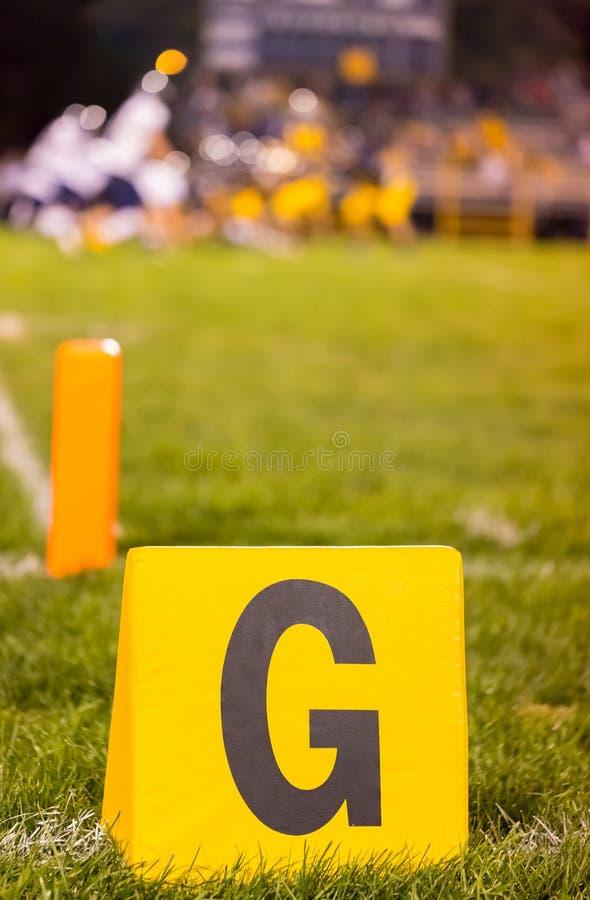 橄榄球与被弄脏的队的目标标志 免版税库存图片
