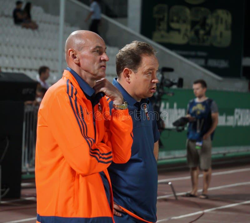 橄榄球俱乐部CSKA和俄国国家队列昂尼德Slutsky的主教练和在比赛前的辅助维克托Onopko 免版税库存图片