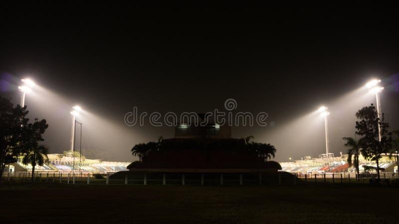 橄榄球和运动体育场在黑暗的夜,剪影样式 免版税库存图片