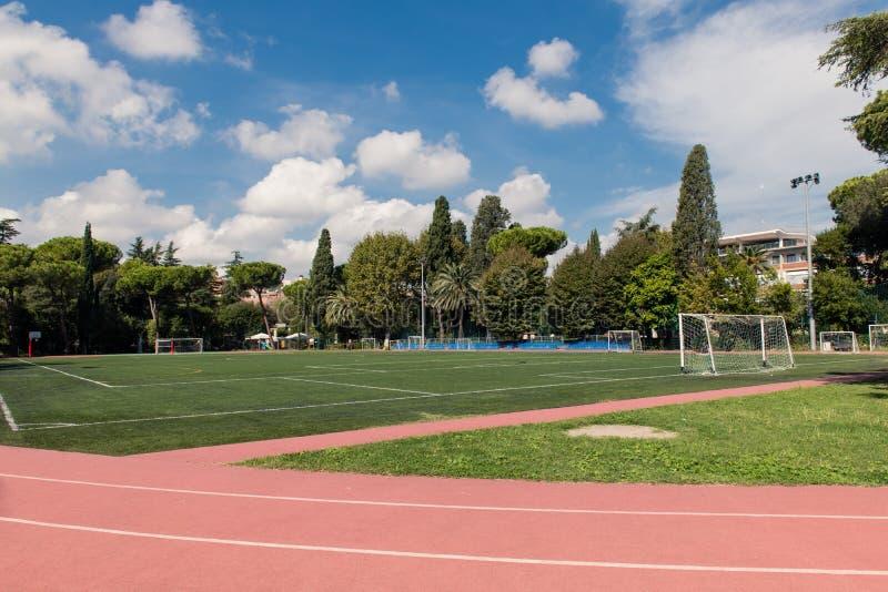 橄榄球场宽射击在绿色公园 图库摄影