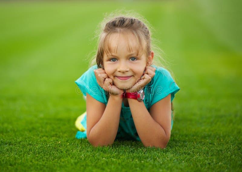 橄榄球场的小滑稽的女孩 免版税图库摄影