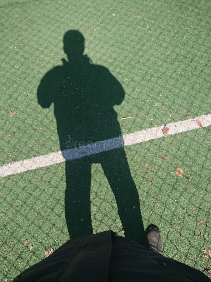 橄榄球场的足球运动员 免版税图库摄影