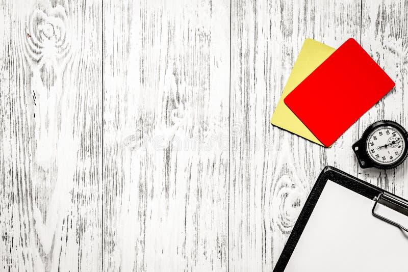 橄榄球担任仲裁 黄色和红色裁判员卡片,秒表, pa 免版税库存图片