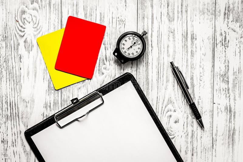 橄榄球担任仲裁 黄色和红色裁判员卡片,秒表, pa 库存照片