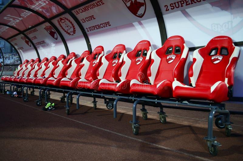 橄榄球替代空的长凳 免版税图库摄影