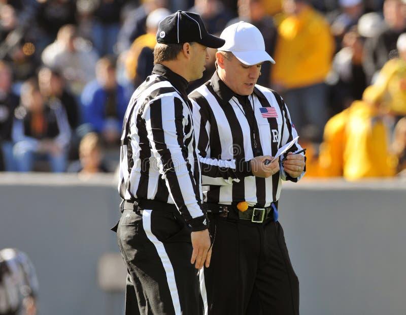 橄榄球比赛官员裁判联系 免版税库存照片