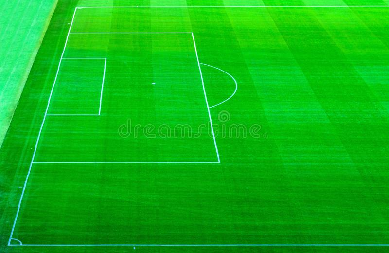 橄榄球球场与绿草草坪的足球场顶面鸟瞰图  库存照片