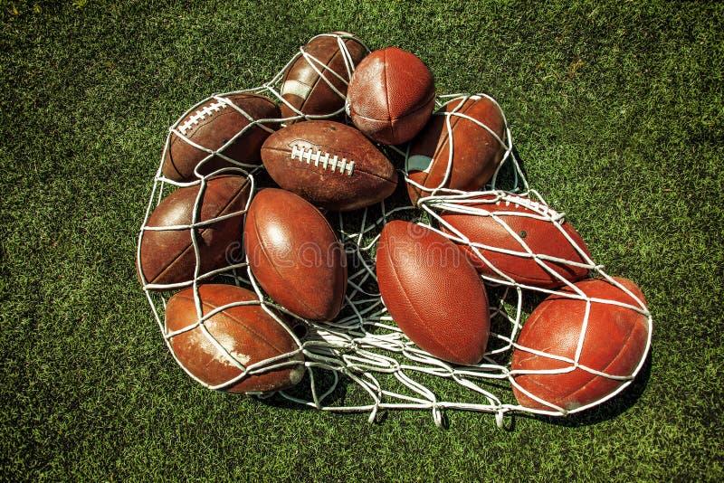 橄榄球球网在草的 免版税库存图片