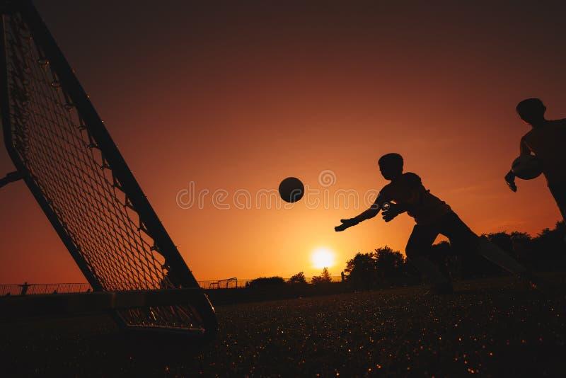 橄榄球足球守门员训练 实践在领域的两个年轻守门员 免版税图库摄影