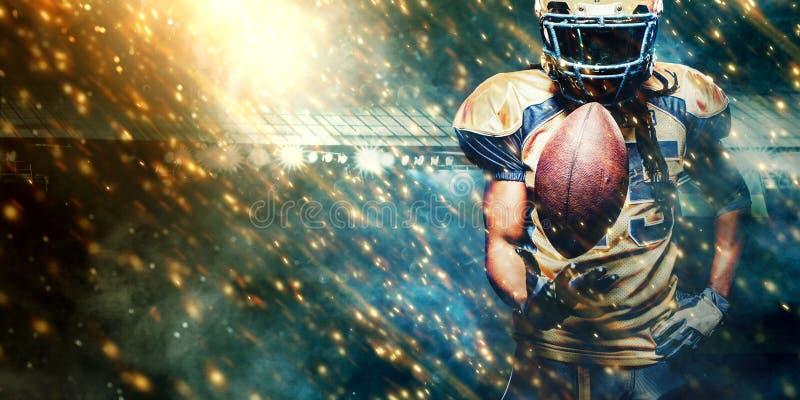 橄榄球跑在行动的体育场的运动员球员 与copyspace的体育墙纸 免版税库存图片