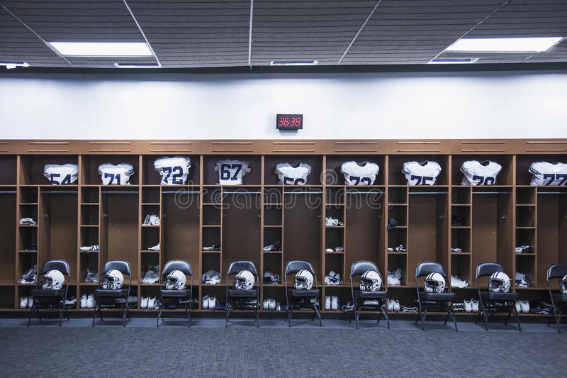 橄榄球更衣室在一个大体育场内 库存图片