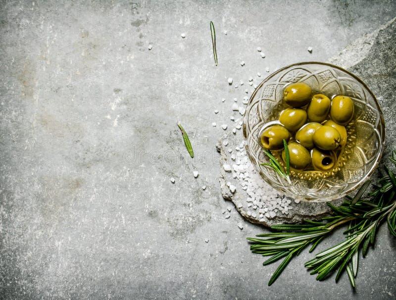 橄榄用在一个石立场的迷迭香 免版税库存图片
