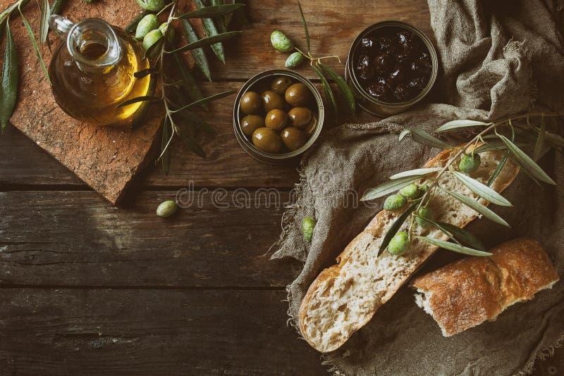 橄榄用面包和油 免版税图库摄影