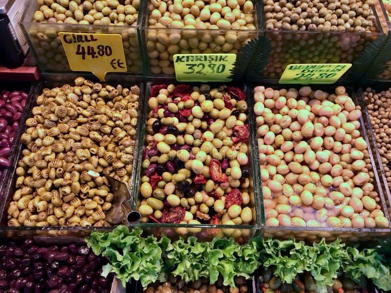 橄榄的分类在义卖市场市场摊位的在伊斯坦布尔/土耳其 库存照片