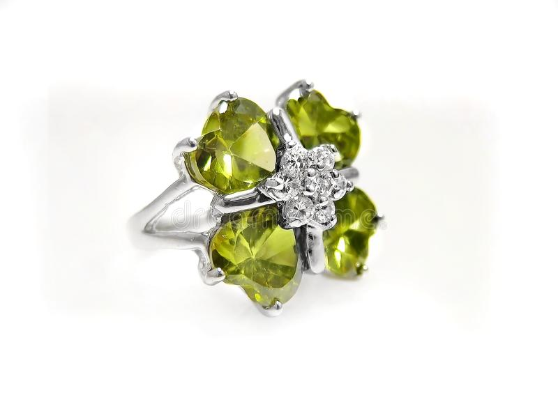 橄榄石/宝石、金刚石和在白色的银色环形 库存图片