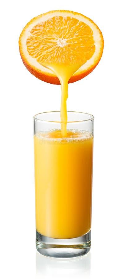 橙汁涌入玻璃 查出在白色 免版税库存图片