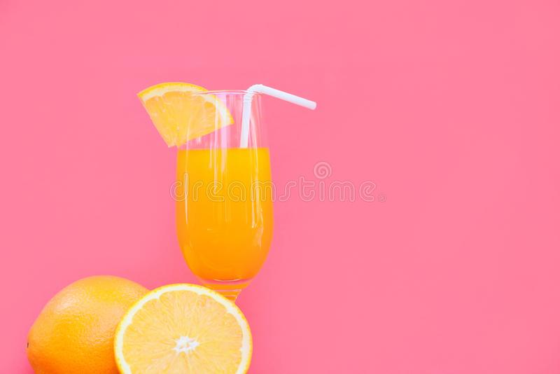 橙汁过去夏天玻璃片断橙色果子有红色桃红色背景 免版税库存图片