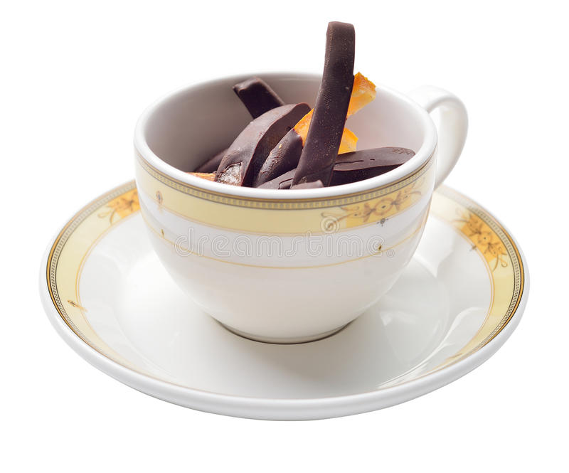 橙皮片断在黑暗的巧克力点心在杯子,孤立的 库存照片