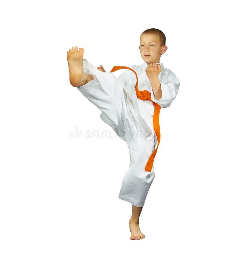 橙色传送带男孩敲打反撞力mae-geri 免版税图库摄影