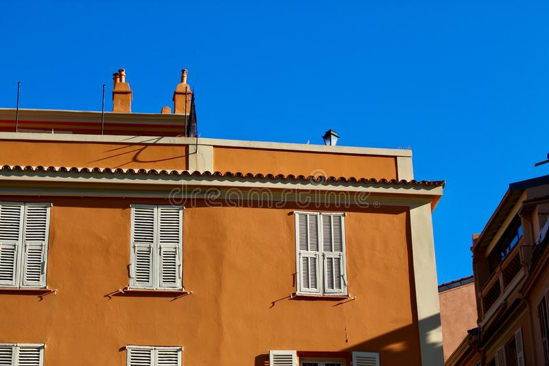 橙色公寓在安地比斯,法国 免版税库存照片