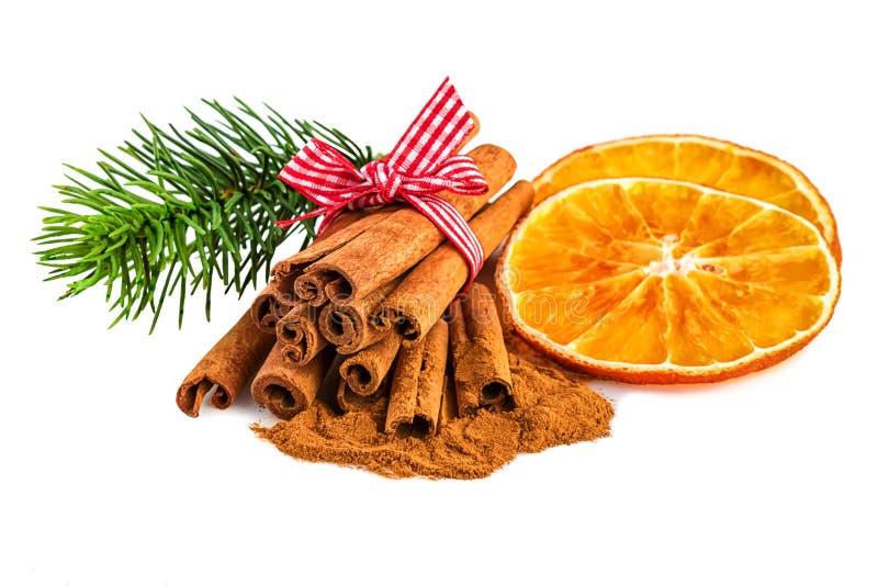橙色切片用桂香和冷杉在白色分支 在白色背景的圣诞节土气装饰 库存照片