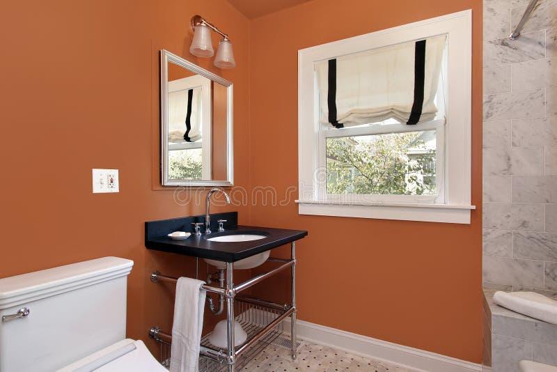 橙色化妆室墙壁 免版税库存图片