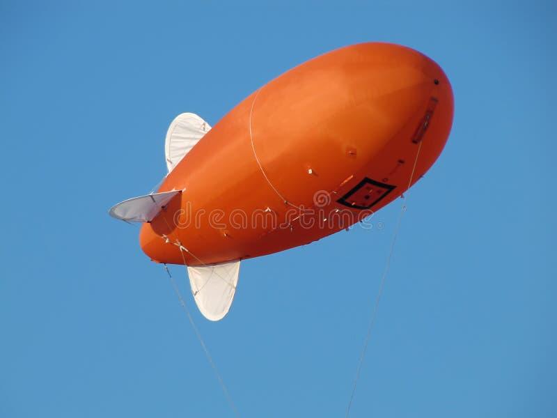 橙色可膨胀的飞艇-策帕林飞艇 免版税库存照片