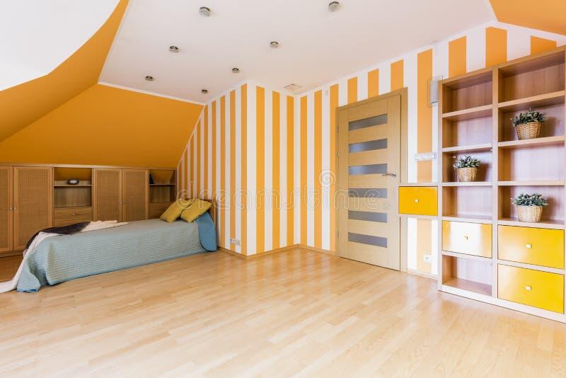 橙色和白色的精力充沛的卧室 免版税图库摄影