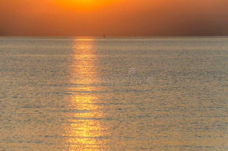 橙色在海的日落金黄小时背景在gett前 免版税库存照片