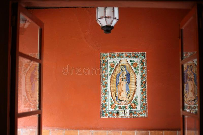 橙色墙壁和圣徒住处的阿尔瓦拉多, Coyoacan,墨西哥城 库存照片