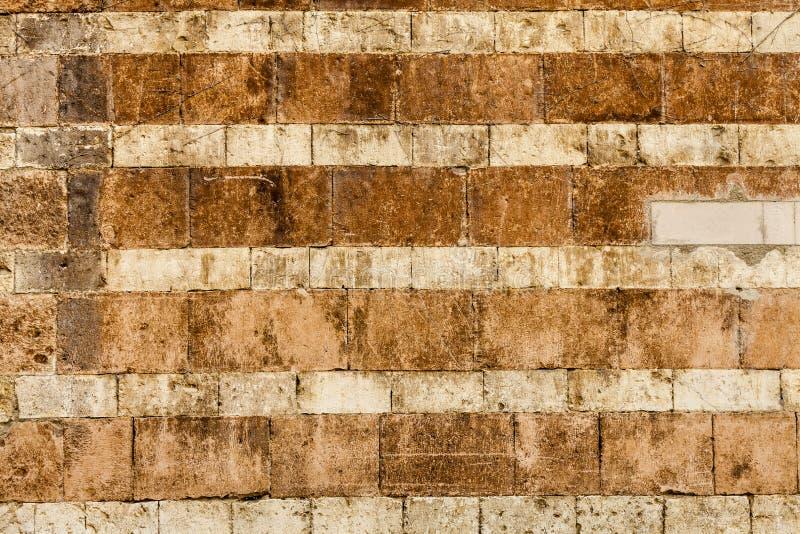 橙色墙壁砖被佩带的背景 水平的条纹 免版税库存照片