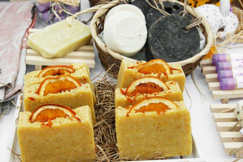 橙色手工制造肥皂销售  库存照片