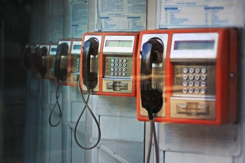 橙色投币式公用电话 库存图片