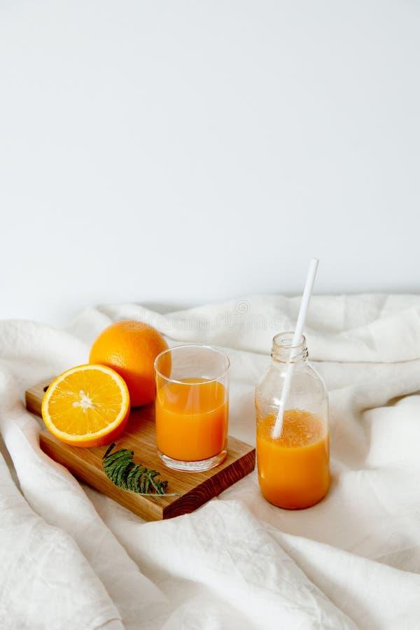 橙色新鲜早餐在玻璃和在瓶 免版税库存图片