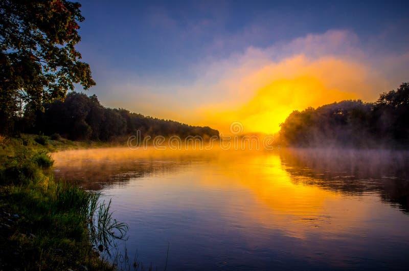橙色日出,河风景 免版税库存照片