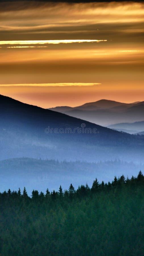 橙色日出 在它最后升起前,它在桔子简单地发光 免版税库存照片