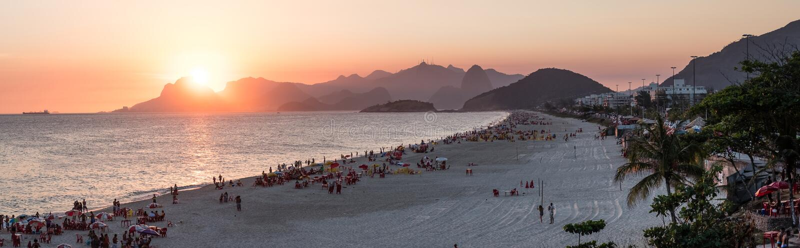 橙色日落全景由海洋的在Piratininga, Niteri, w 库存图片