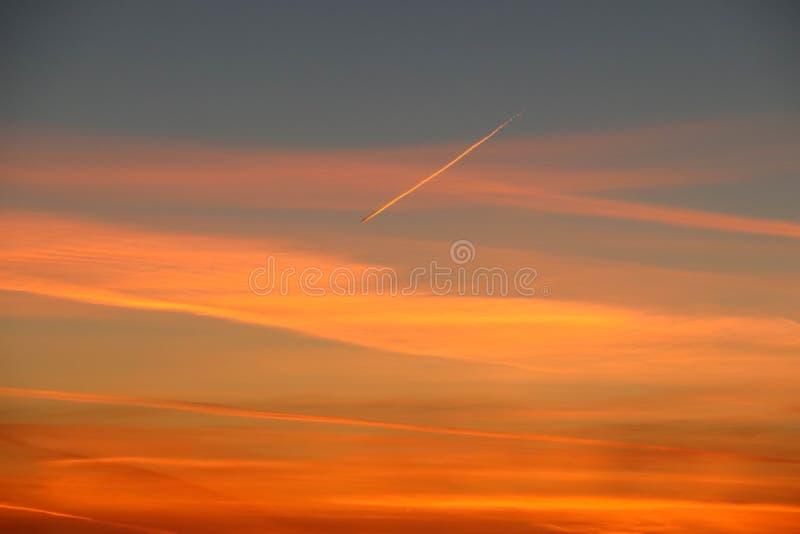 橙色日落在冬天 库存照片