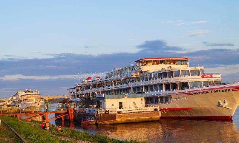橙色日落在船河的伏尔加河科斯特罗马马克西姆高尔基被反射 免版税图库摄影
